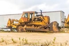 大被放弃的建筑拖拉机 免版税库存图片