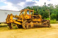 大被放弃的建筑拖拉机 免版税库存照片