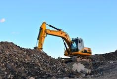 大被跟踪的挖掘机在采石坑运转 库存图片