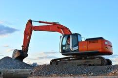 大被跟踪的挖掘机在采石坑运转 免版税库存照片