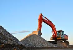 大被跟踪的挖掘机在采石坑运转 图库摄影