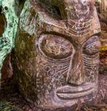 大被雕刻的非洲人木顶头雕塑,美丽和传统庭院装饰 免版税库存照片