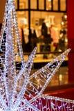 大装饰圣诞节星片断特写镜头在明亮的商店窗口背景的  圣诞节礼物, shoping 库存图片