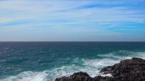 大西洋和多岩石的海滩海浪  股票录像