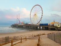 大西洋城, NJ - 2018年5月 大西洋城,新泽西看法日落的 城市为它的赌博娱乐场、木板走道和海滩被认识 图库摄影