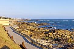 大西洋多岩石的海滩在马托西纽什,波尔图,葡萄牙 免版税图库摄影