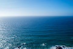 大西洋完善的清楚的蓝天和水  免版税库存图片
