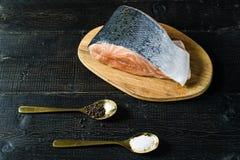 大西洋未加工的三文鱼,牛排在黑木背景 库存照片