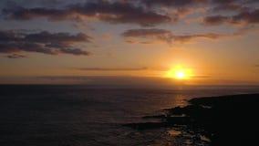 大西洋的鸟瞰图和在美好的日落的背景的岩石海岸 股票录像