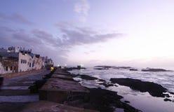 大西洋美丽的城市essaouira平均观测距离海& 免版税图库摄影