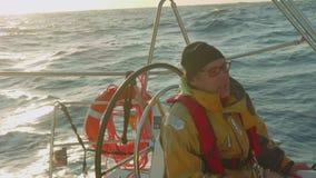 大西洋-大约2017年11月:驾游艇者是在自动驾驶仪控制的游艇的水手早晨四至八时的守望 股票视频