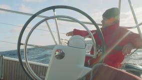 大西洋-大约2017年11月:驾游艇者是在自动驾驶仪控制的游艇的水手早晨四至八时的守望 股票录像