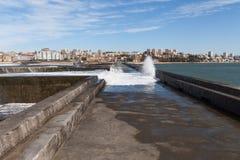 大西洋在波尔图,葡萄牙挥动海岸 库存照片