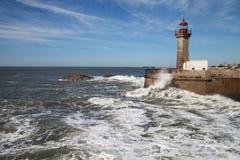 大西洋在波尔图,葡萄牙挥动海岸 免版税库存图片
