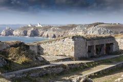 大西洋墙壁,在前景的大地堡系统在法国,灯塔在背景中 库存照片