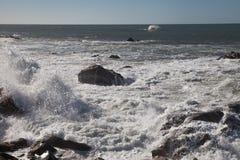 大西洋挥动在葡萄牙海岸 库存图片