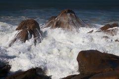 大西洋挥动在葡萄牙海岸 免版税库存照片