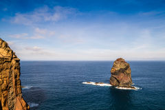 大西洋波浪易碎唯一岩石 图库摄影