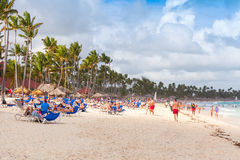 大西洋海岸,基于海滩的许多游人 免版税库存照片