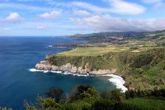 大西洋的宏伟的视图和圣米格尔火山海岛的陡峭的海岸  免版税库存图片