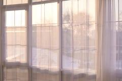 大视窗 明亮的内部 透明的窗帘 免版税库存照片