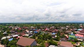 大角度看法、村庄和天空 免版税库存图片