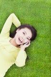 大角度观点的一个少妇谈话与智能手机 库存图片