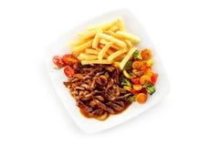 大角度观点的在小汤蔬菜炖肉的小牛肉 免版税库存图片