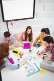 大角度观点的工友在会议在创造性的办公室 库存图片