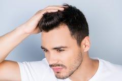 大角度观点的白色的确信的性感的英俊的年轻浅黑肤色的男人 免版税库存照片