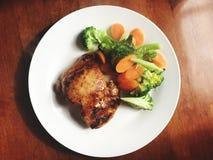 大角度观点的膳食、鸡和菜 免版税库存图片