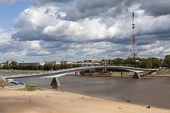 大诺夫哥罗德,俄罗斯- 2015年8月08日:人行桥的看法照片在河Volkhov的 免版税库存照片