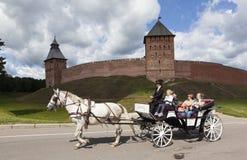 大诺夫哥罗德,俄罗斯- 2015年8月08日:支架的照片有马的 克里姆林宫novgorod 免版税库存图片