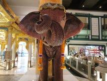 大象与实物大小一样的雕象  库存照片