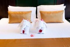 2头大象与花的origami卧具 免版税库存图片