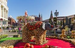 大象和两只老虎的图由成熟南瓜制成 库存图片