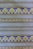 大象和树的样式在泰国丝织物 免版税库存图片