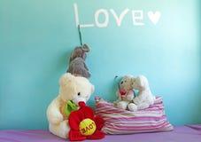大象和熊玩具在女孩的屋子里 免版税图库摄影