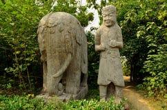 大象和老板宋朝坟茔石雕象  免版税图库摄影