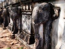 大象在高棉寺庙的安心雕塑 免版税库存照片