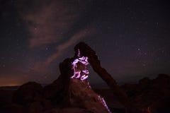 大象岩石在晚上由手电点燃了反对明亮满天星斗 免版税库存照片