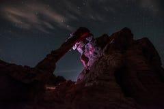 大象岩石在晚上由手电点燃了反对明亮满天星斗 库存图片