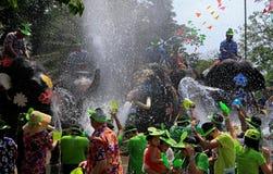 大象戏剧在Songkran期间的水争斗 免版税库存图片