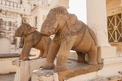 大象残破的雕象在克久拉霍,印度的 免版税库存图片