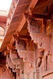 大象琥珀色的堡垒的被雕刻的石柱廊 免版税库存图片