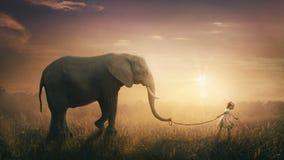 大象由孩子走了 免版税库存图片