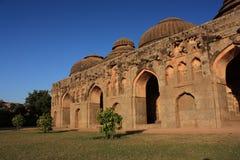 大象稳定古老废墟在Hampi,印度。 库存图片