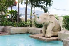 大象雕象喷口ing水 库存图片
