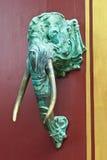 大象题头是在寺庙的一个门把手。 免版税图库摄影