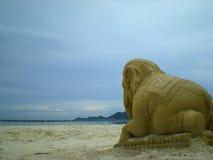 大象,泰国传统雕象在海滩的 库存照片
